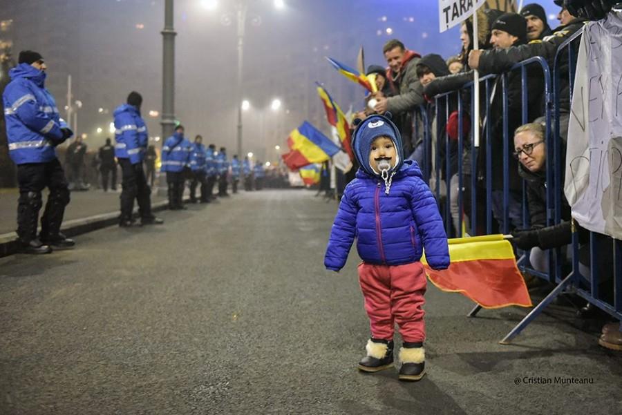 Cristian Munteanu - Un copil poartă o mustață falsă la mitingul din fața Guvernului, 5 februarie 2017